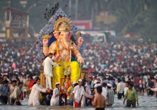 Devotees carry an idol of the Hindu elephant god Ganesh for immersion into the Arabian Sea on the last day of the Ganesh Chaturthi festival in Mumbai, September 29, 2012. Ganesh idols are taken through the streets in a procession accompanied by dancing and singing and later immersed in a river or the sea symbolising a ritual seeing-off of his journey towards his abode, taking away with him the misfortunes of all mankind. REUTERS/Vivek Prakash (INDIA - Tags: RELIGION SOCIETY) ORG XMIT: MUM10