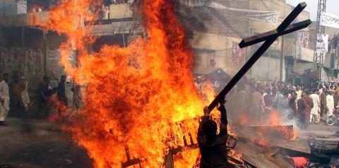 Musims-Burn-Christian-Homes-in-Pakistan-Christian-Persecution.jpg