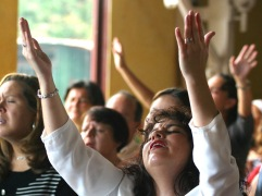 raising-hands-to-worship-God