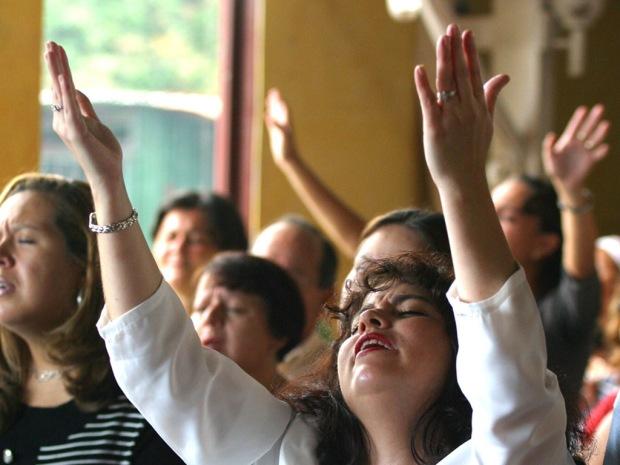 raising-hands-to-worship-God