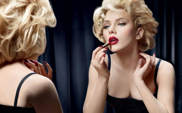 scarlett_johansson_makeup_mirror_reflection_lipstick_64203_1920x1200